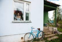 Фотосъемка свадьбы Дениса и Елены в Славгороде - невеста в окне