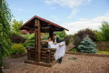Фотосъемка свадьбы Евгения и Снежаны в Могилеве - свадебная прогулка - колодец